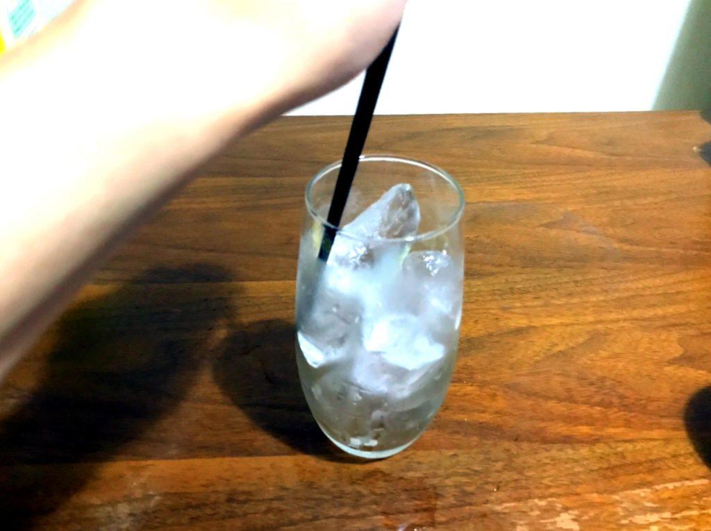 グラスを氷でいっぱいに
