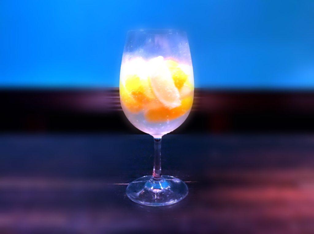 氷の代わりにくし切りの冷凍レモン