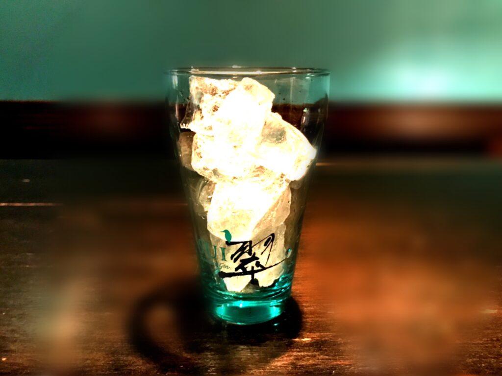 1.グラスに氷を入れます
