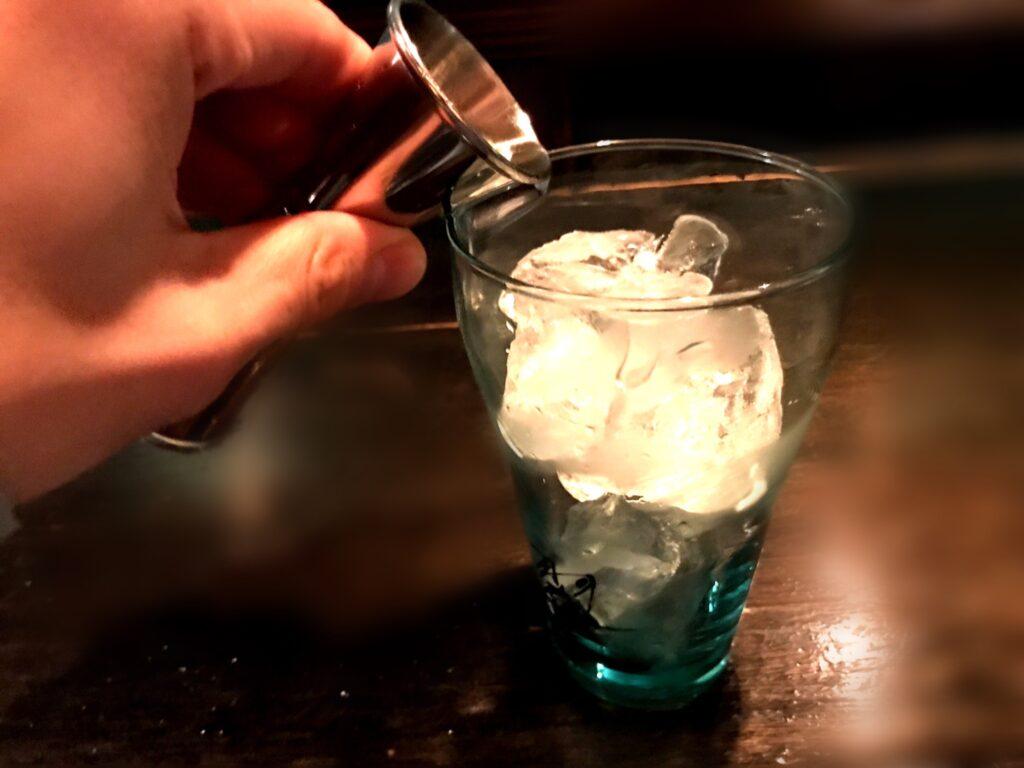 3.ジンをグラスに注ぎます
