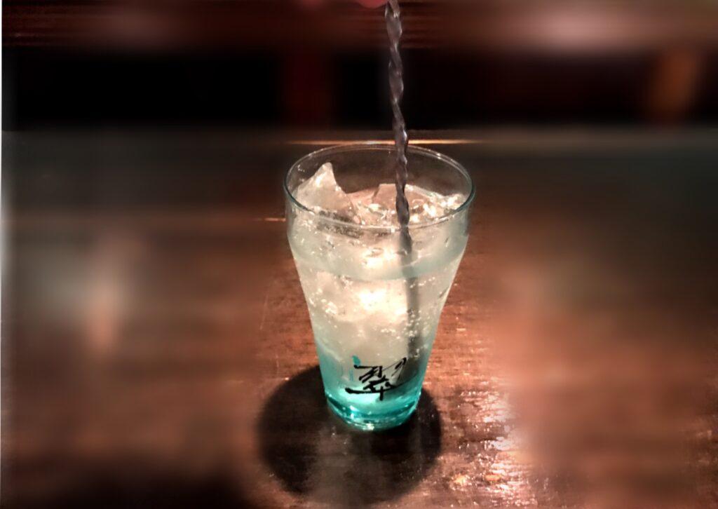 2.氷をステアしてグラスを冷やします